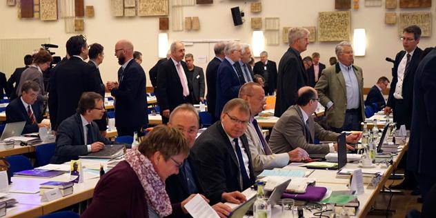 Synode vor Beginn: Synodale im Plenum