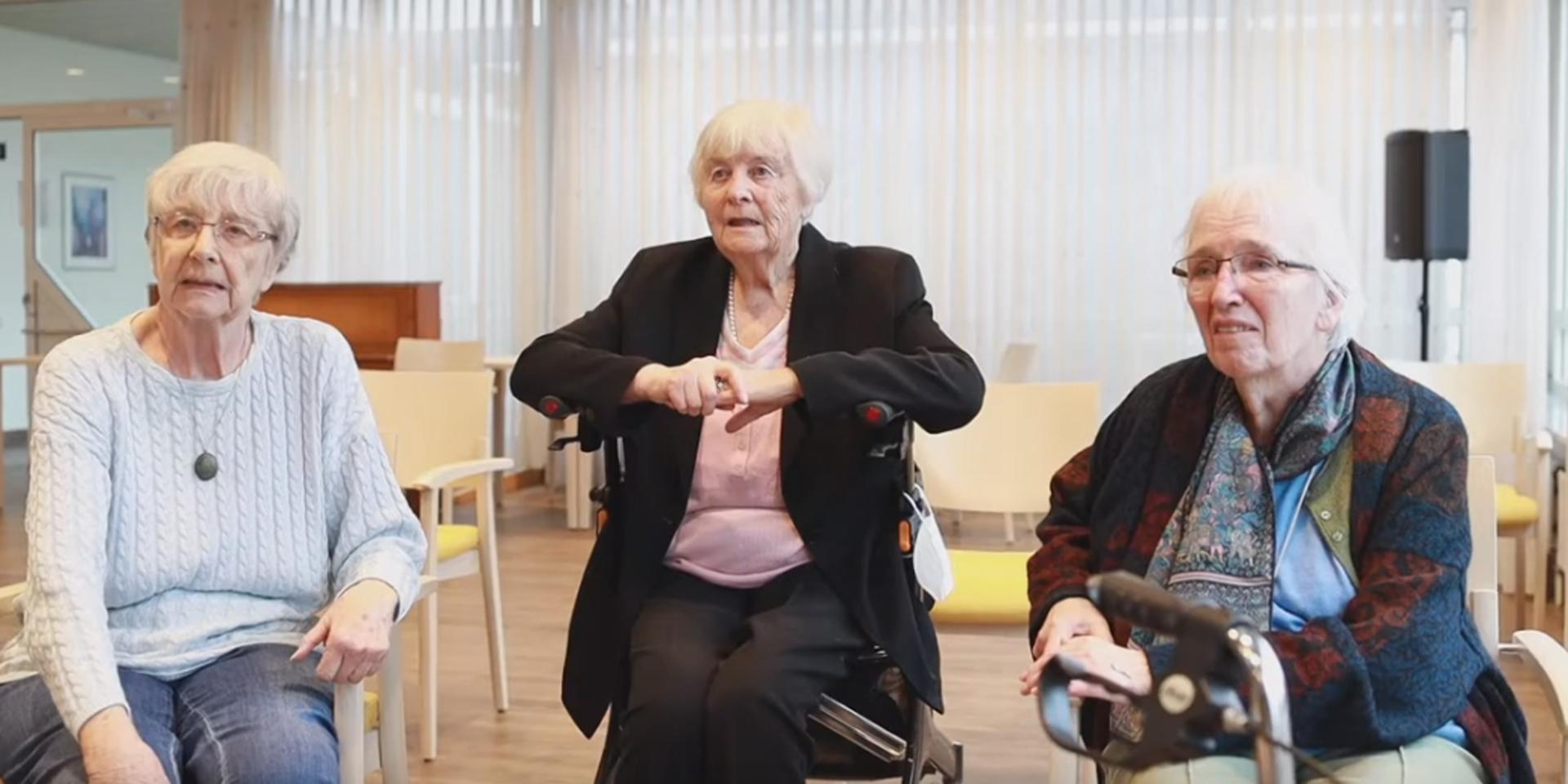 Drei ältere Damen im Seniorenzentrum