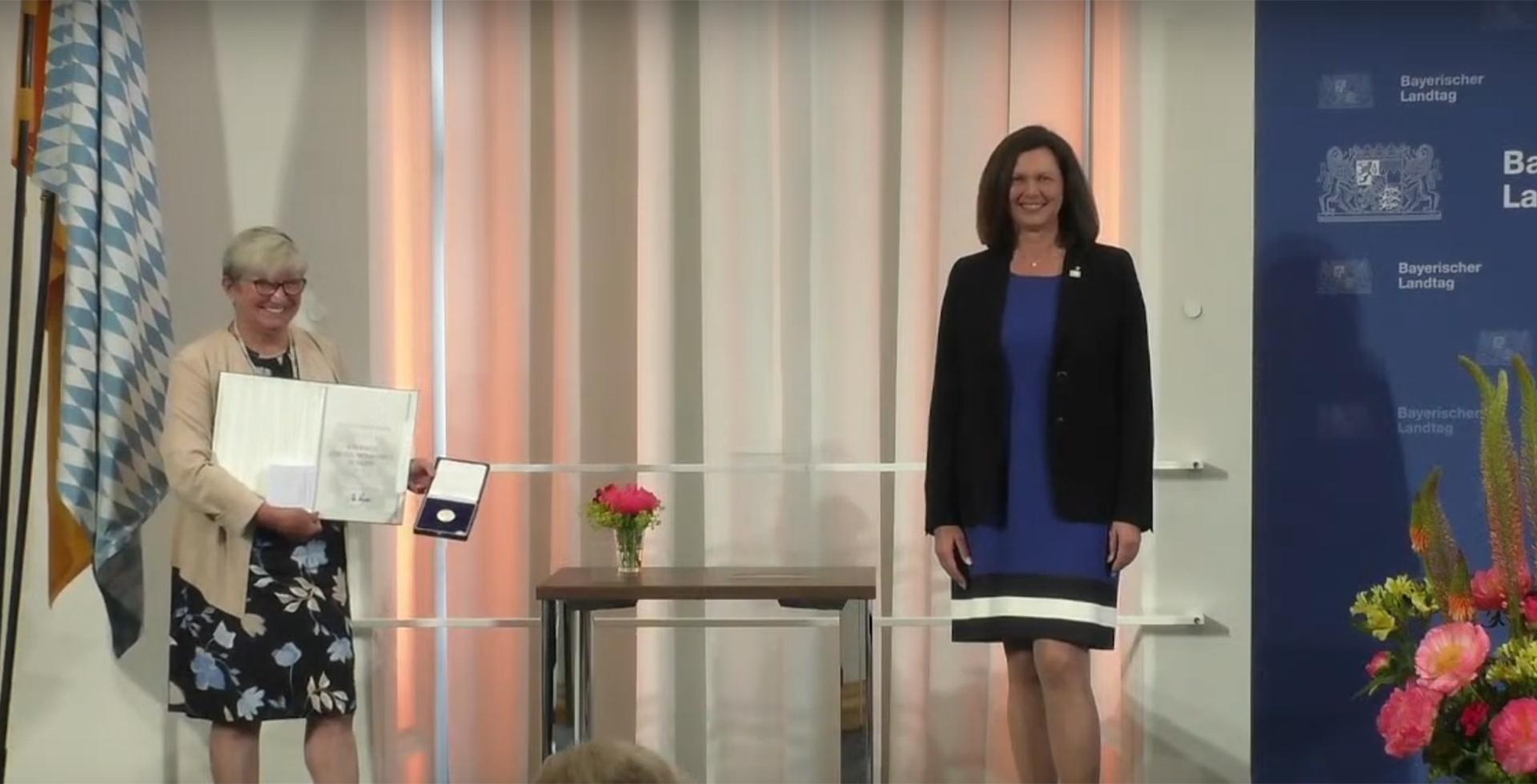 Beate Schabert-Zeidler, Ilse Aigner bei der Verleihung der Bayerischen Verfassungmedaille in Silber 2020
