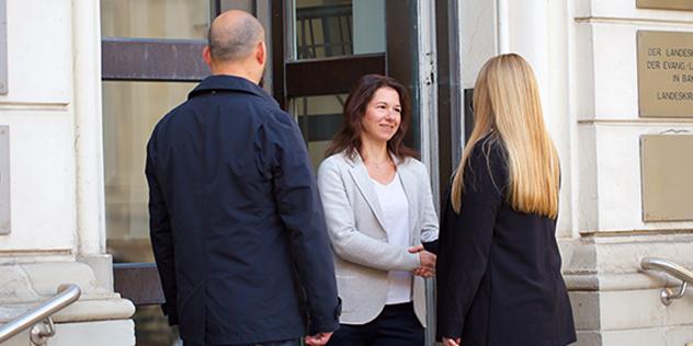 Barbara Pühl am Portal des Landeskirchenamts,© ELKB/unit4