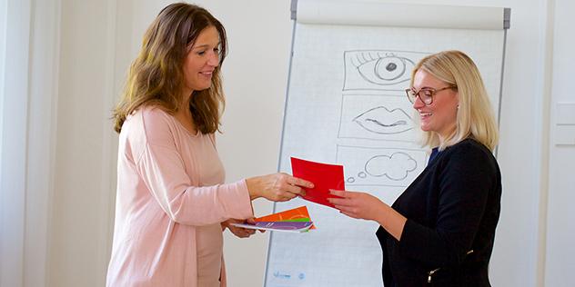 Eine Mitarbeiterin der Fachstelle bei einer Präsentation,© ELKB/unit4